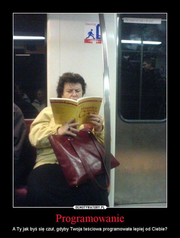 Kobieta czytająca książkę o programowaniu